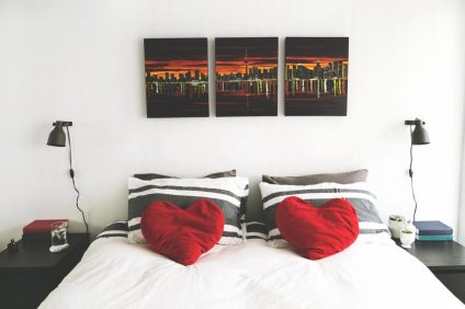 bedroom-with-heart-pillows_925x